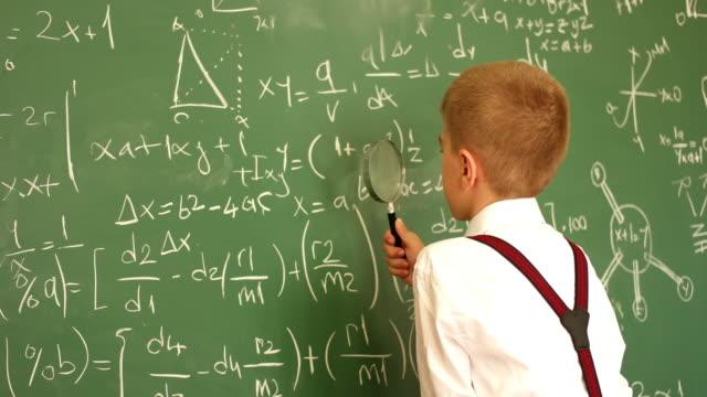 vídeos de stock, filmes e b-roll de professor de física - stem assunto