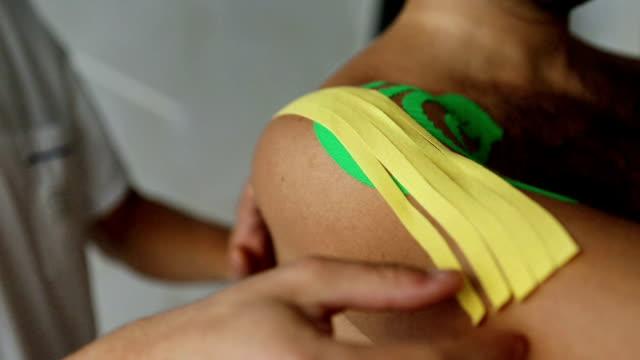 理学運動療法によるテープアプリケーション - 包帯点の映像素材/bロール