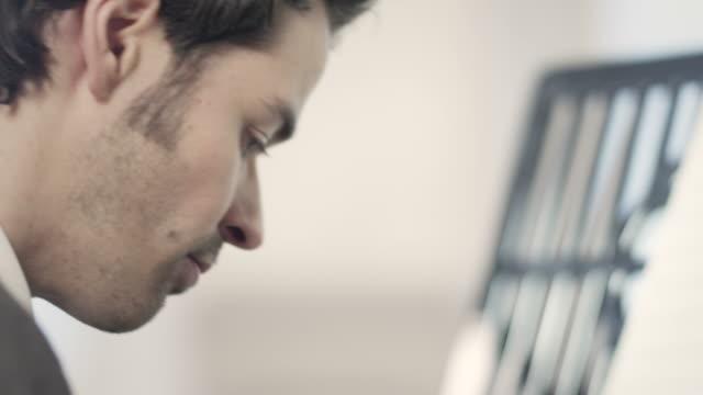 pianist komponiert musik - jazz stock-videos und b-roll-filmmaterial