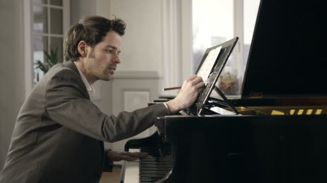 pianista composizione musicale - spartito video stock e b–roll