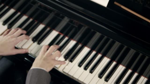 pianist komponiert musik - pianist stock-videos und b-roll-filmmaterial