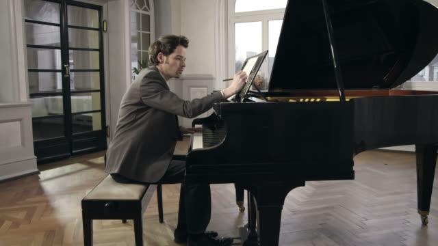 vidéos et rushes de composer de la musique du pianiste - partition musicale