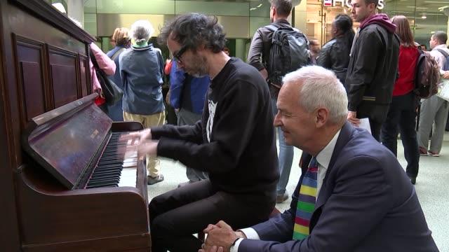 vidéos et rushes de pianist james rhodes playing piano in st pancras station london st pancras international station **music heard intermittently sot** int james rhodes... - piano