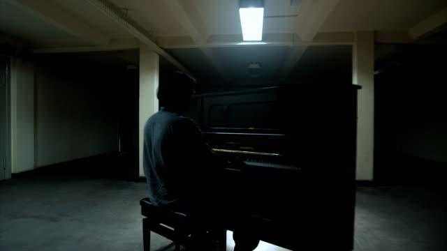 pianist spielt klavier, während frau an ihm vorbei geht und blinken - pianist stock-videos und b-roll-filmmaterial
