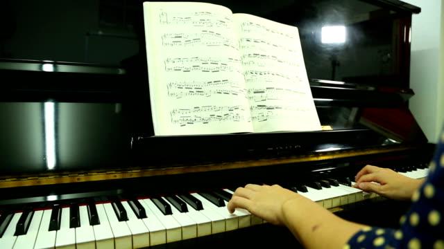 pianist spielt musik lehrer unterrichts und - pianist stock-videos und b-roll-filmmaterial