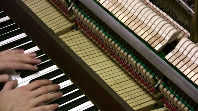Piano acoustique avec couverture supprimé
