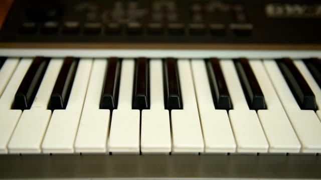 vídeos de stock, filmes e b-roll de teclado de piano - manipulação digital