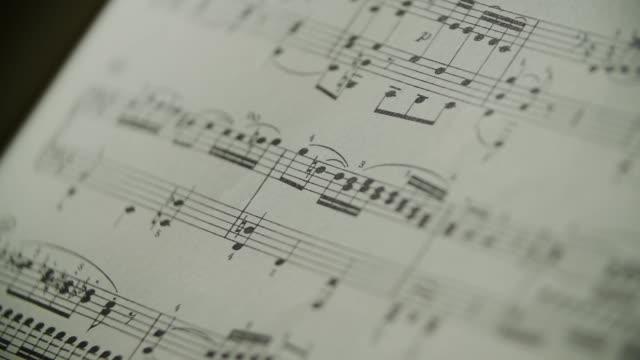 stockvideo's en b-roll-footage met muziekpartituur piano - muziek
