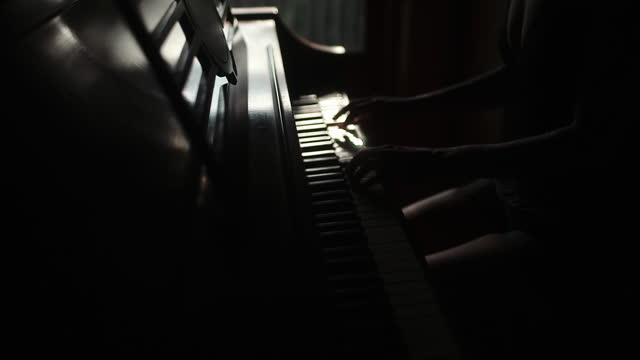 vídeos y material grabado en eventos de stock de piano tocado junto a la ventana. - elegancia