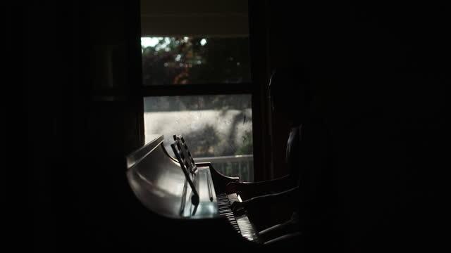 ピアノは窓の横で演奏した。 - 優雅点の映像素材/bロール