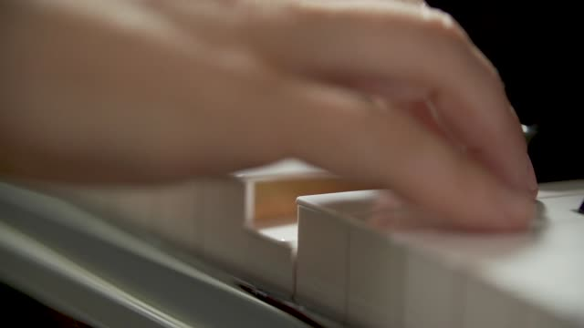 pianoforte una nota slow motion - piano stock videos & royalty-free footage