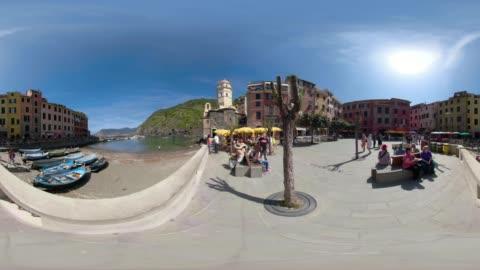 360 vr / piazza and port of italian village vernazza - unesco world heritage site点の映像素材/bロール