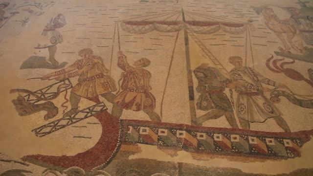 vídeos y material grabado en eventos de stock de piazza armerina (villa romana del casale), ambulatory of the great hunt, sailing and hunting scenes - roma antigua