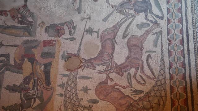 vídeos y material grabado en eventos de stock de piazza armerina (villa romana del casale), room of the small hunt - mosaico