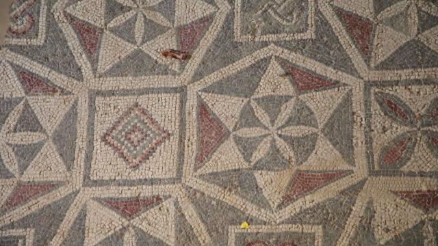 vídeos y material grabado en eventos de stock de piazza armerina (villa romana del casale), room with star-shaped decorations - mosaico