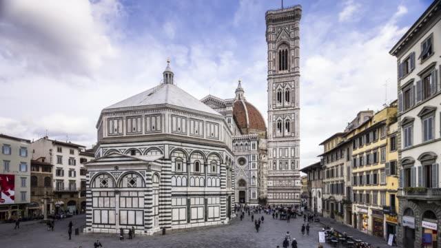 vidéos et rushes de piazza del duomo, campanile di giotto and basilica di santa maria del fiore otherwise known as the duomo in florence, tuscany, italy. - dôme