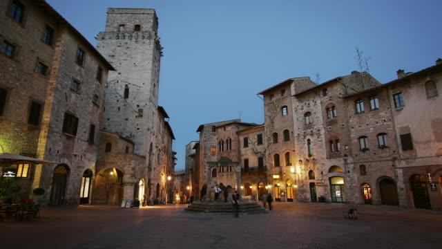 t/l ws piazza della cisterna dusk-to-night / san gimignano, italy - menschliche siedlung stock-videos und b-roll-filmmaterial