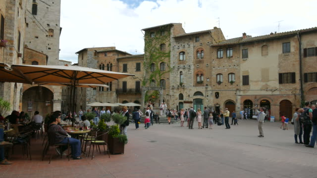 piazza della cisterna in san gimignano, province of siena, tuscany - pavement cafe stock videos & royalty-free footage