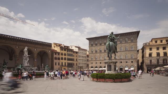 piazza della signoria in the historic centre of florence, italy. - florenz stock-videos und b-roll-filmmaterial