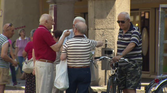 vidéos et rushes de piazza della vittoria - old men in discussion, pavia, italy - gestes