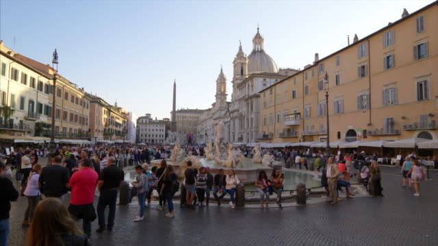 vídeos de stock e filmes b-roll de piazza navona aka navona square was built on the grounds of an ancient athletic stadium - pátio
