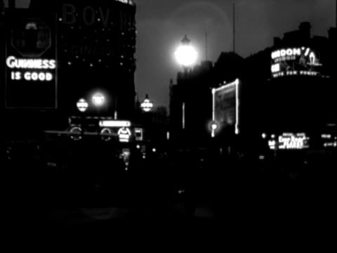 vidéos et rushes de piccadilly circus at night - 1935