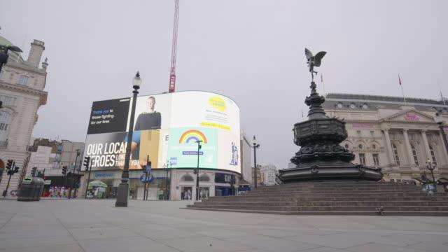 piccadilly circus - empty london in lockdown during coronavirus pandemic - establishing shot stock videos & royalty-free footage