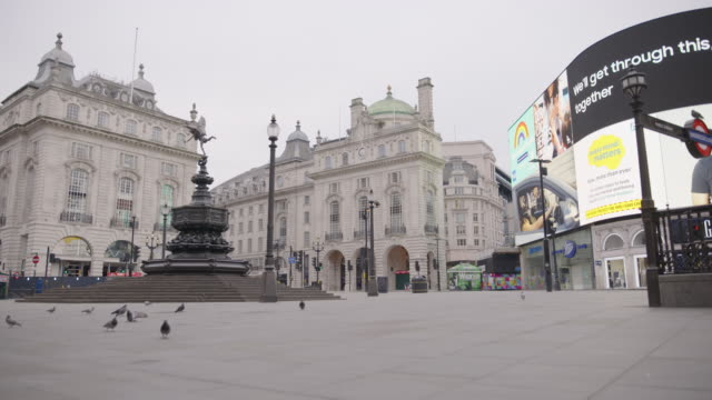 vídeos de stock e filmes b-roll de piccadilly circus - empty london in lockdown during coronavirus pandemic - plano picado