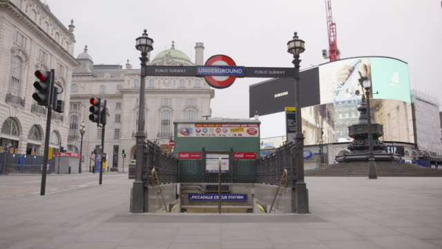 piccadilly circus - empty london in lockdown during coronavirus pandemic - standbildaufnahme stock-videos und b-roll-filmmaterial