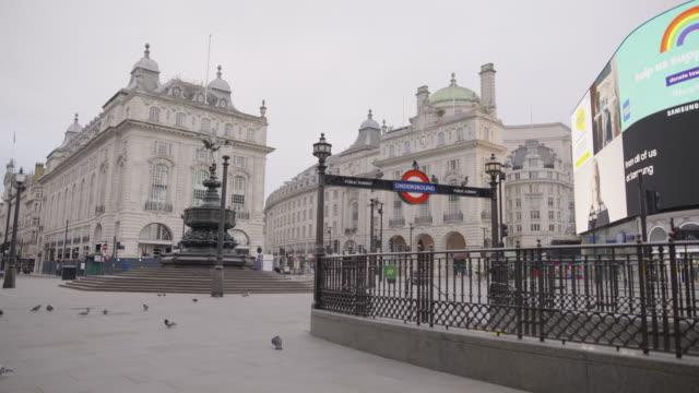 vídeos de stock, filmes e b-roll de piccadilly circus - empty london in lockdown during coronavirus pandemic - câmara parada