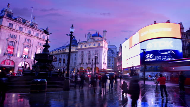 stockvideo's en b-roll-footage met piccadilly circus, london - multi coloured