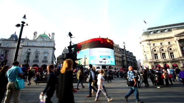 vídeos de stock, filmes e b-roll de piccadilly circus de oxford e regent street, londres, inglaterra - sinais de cruzamento