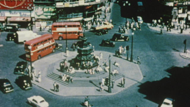 1956 cs piccadilly circus roundabout with heavy traffic / london, england - 1950点の映像素材/bロール