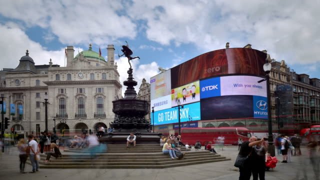 t/l piccadilly circus the shaftesbury memorial fountain and eros - piccadilly circus stock videos and b-roll footage