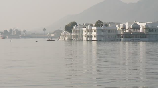 stockvideo's en b-roll-footage met  ws pichola lake palace / udaipur, rajasthan, india - vier dieren