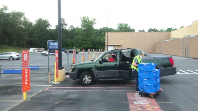pick up service at the walmart super shopping center in the early morning during the 2020 global covid-19 pandemic - essential services stock videos & royalty-free footage
