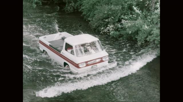 vidéos et rushes de ws ha pan 1962 pick up truck driving in the middle of a river / united states - problèmes
