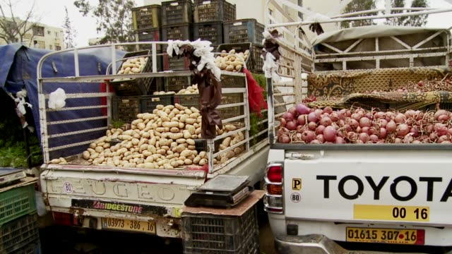 pick up trucks loaded with vegetables at an outdoor market. available in hd. - onion stock videos & royalty-free footage
