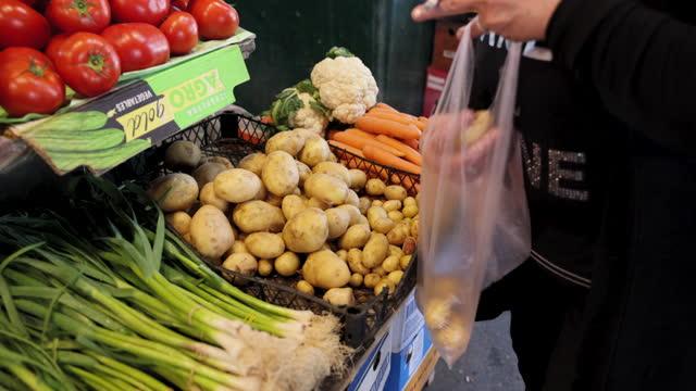 vidéos et rushes de cueillette des pommes de terre au marché - étal de marché