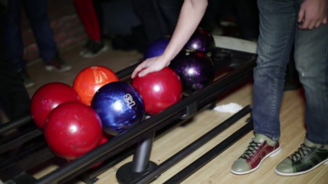 vídeos de stock, filmes e b-roll de pegando a bola de bowling vermelha - sapato de boliche