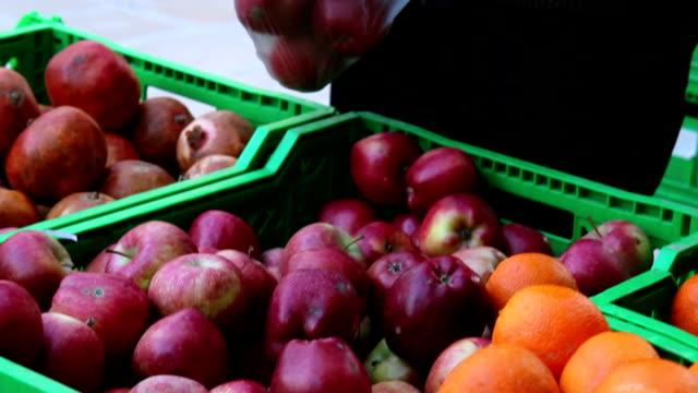 der komissionierung äpfel in produzieren store - greifen stock-videos und b-roll-filmmaterial