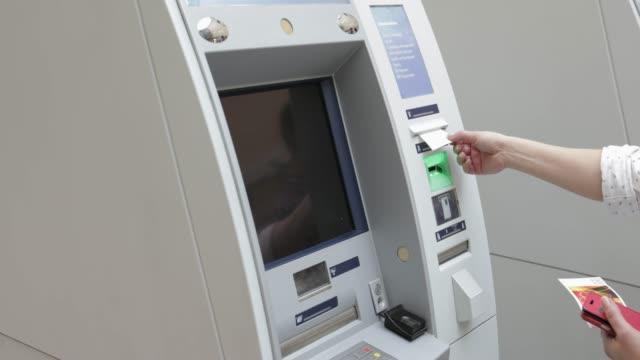 vídeos y material grabado en eventos de stock de recoger recibo de cajero automático, mano tiro - edificio financiero