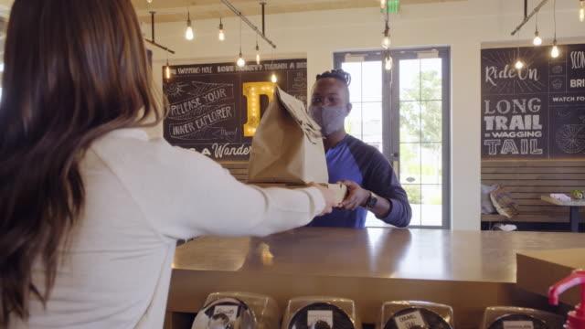 カフェで食べ物を拾う - 飲食点の映像素材/bロール