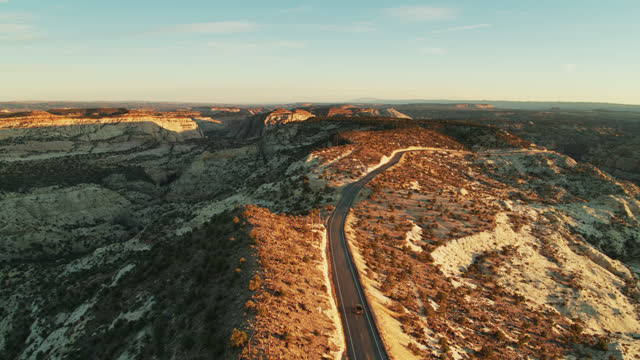 pick-up truck auf winding road in grand staircase-escalante national monument bei sunrise - grand staircase escalante national monument stock-videos und b-roll-filmmaterial