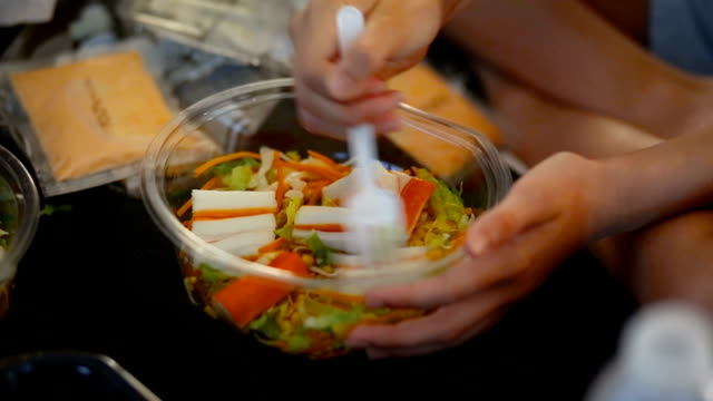 vídeos de stock, filmes e b-roll de picnic. little girl preparing a salad with fish, lettuce, carrot and corn. - salada