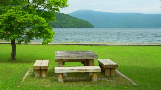 vidéos et rushes de table de pique-nique avec vue au lac towada japon - table de pique nique
