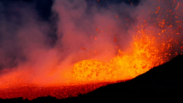 pico do fogo: eruption and lava flow - eruzione video stock e b–roll