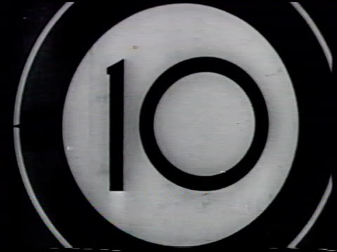'picture start' w/ stain blotch '35 sound' on both sides of crosshairs between countdown numbers counting down 10 nine 7 six 4 black note specks film... - fadenkreuz stock-videos und b-roll-filmmaterial