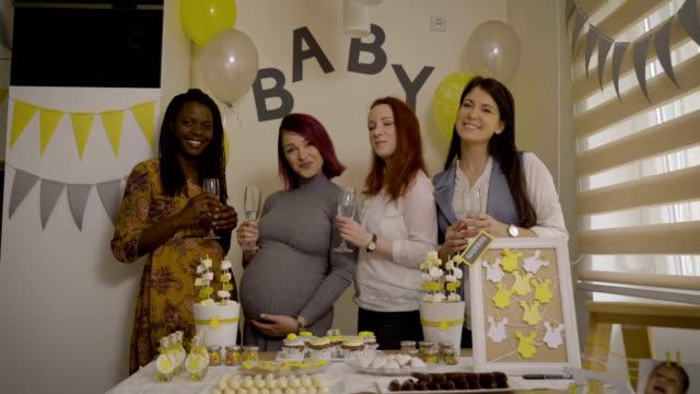 foto con i migliori amici su evento baby shower - baby shower video stock e b–roll