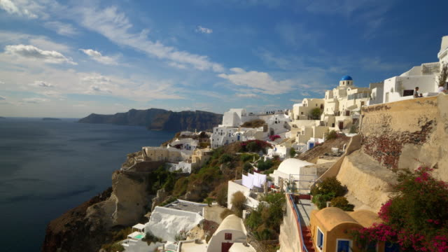 picturesque cliffside town of oia on the mediterranean island of  santorini, greece - イア点の映像素材/bロール